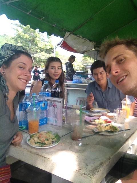 Des thaïs qui ont partagé leur repas avec nous, juste parce que nous étions assis à la même table