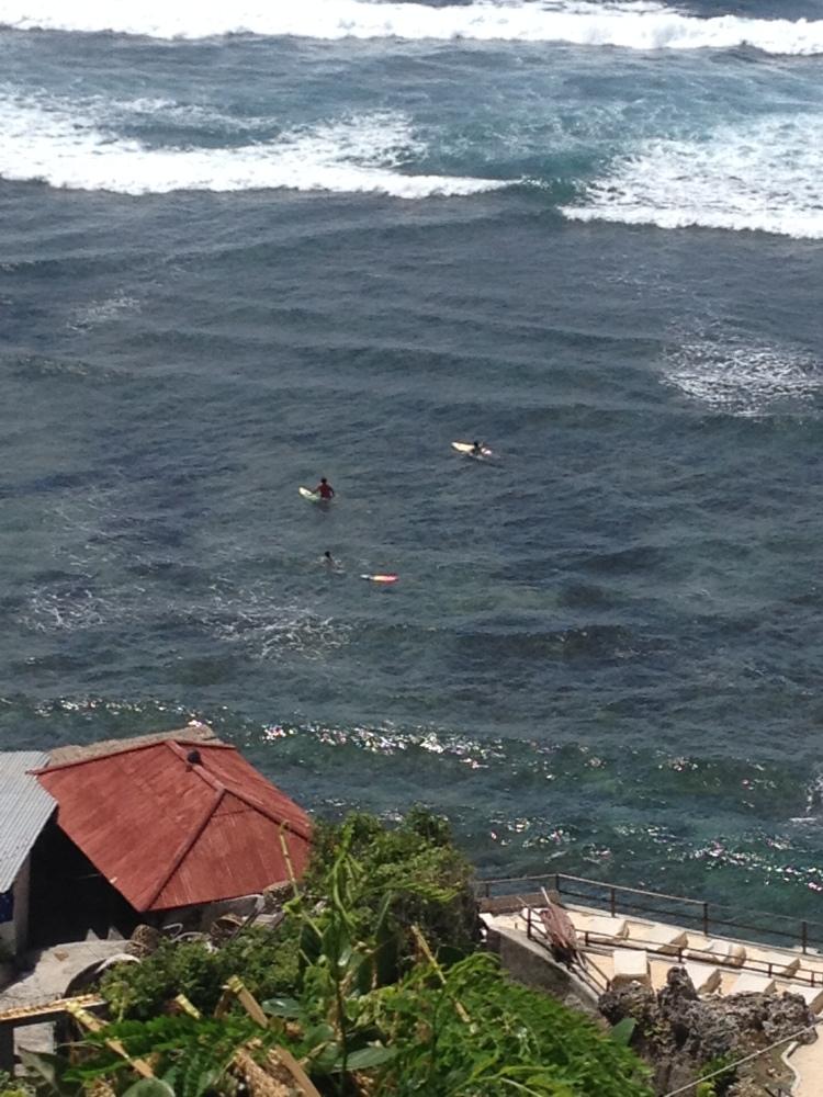 Les surfeurs, prêts à affronter les vagues!