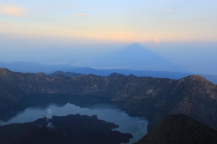 L'ombre triangulaire, c'est l'ombre du volcan, impressionnant, non?!!