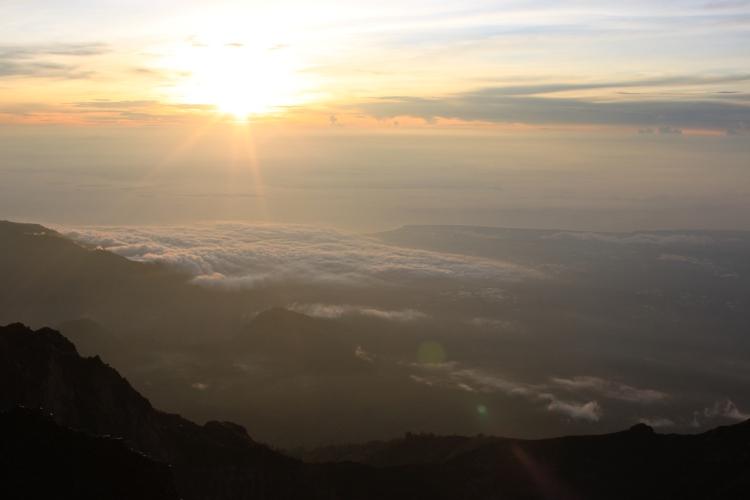 Les plus beaux levés de soleil sont ceux aux sommets des montagnes