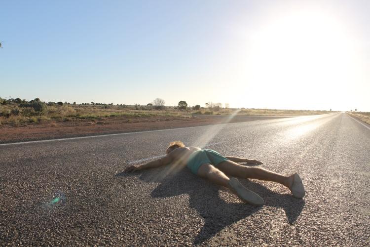Au milieu du désert, Kilian profite du bitume