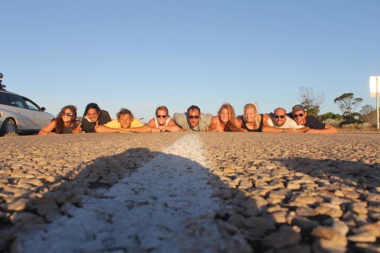 La belle photo de groupe au milieu de la route :-)