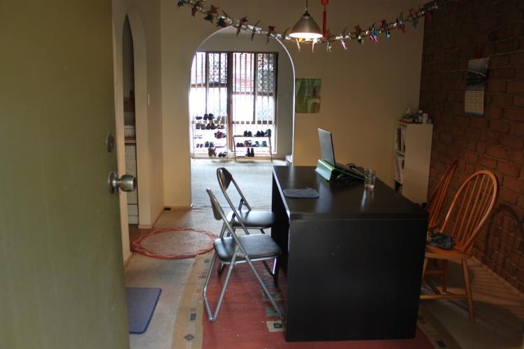 La salle à manger, et derrière le salon (où quelqu'un skoittait le canap')