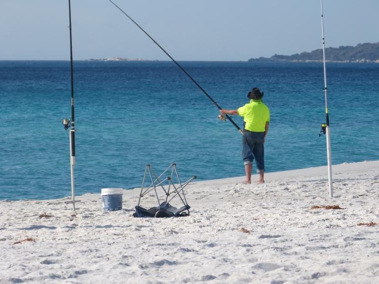 Concours de pêche au camping ce soir, sur 3km de plage, des pêcheurs au bon look traditionnel, à perte de vue